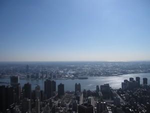 エンパイアから東を望む。East Riverの先に見えるはQueensか