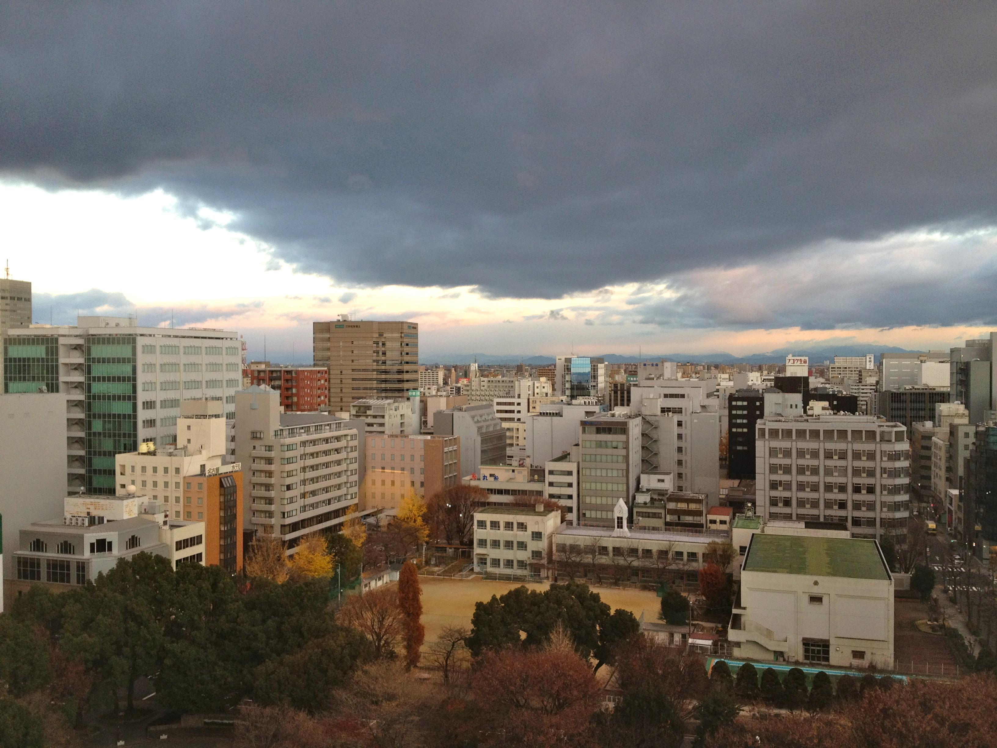 ホテルの部屋から撮った今朝の名古屋。寒そう。
