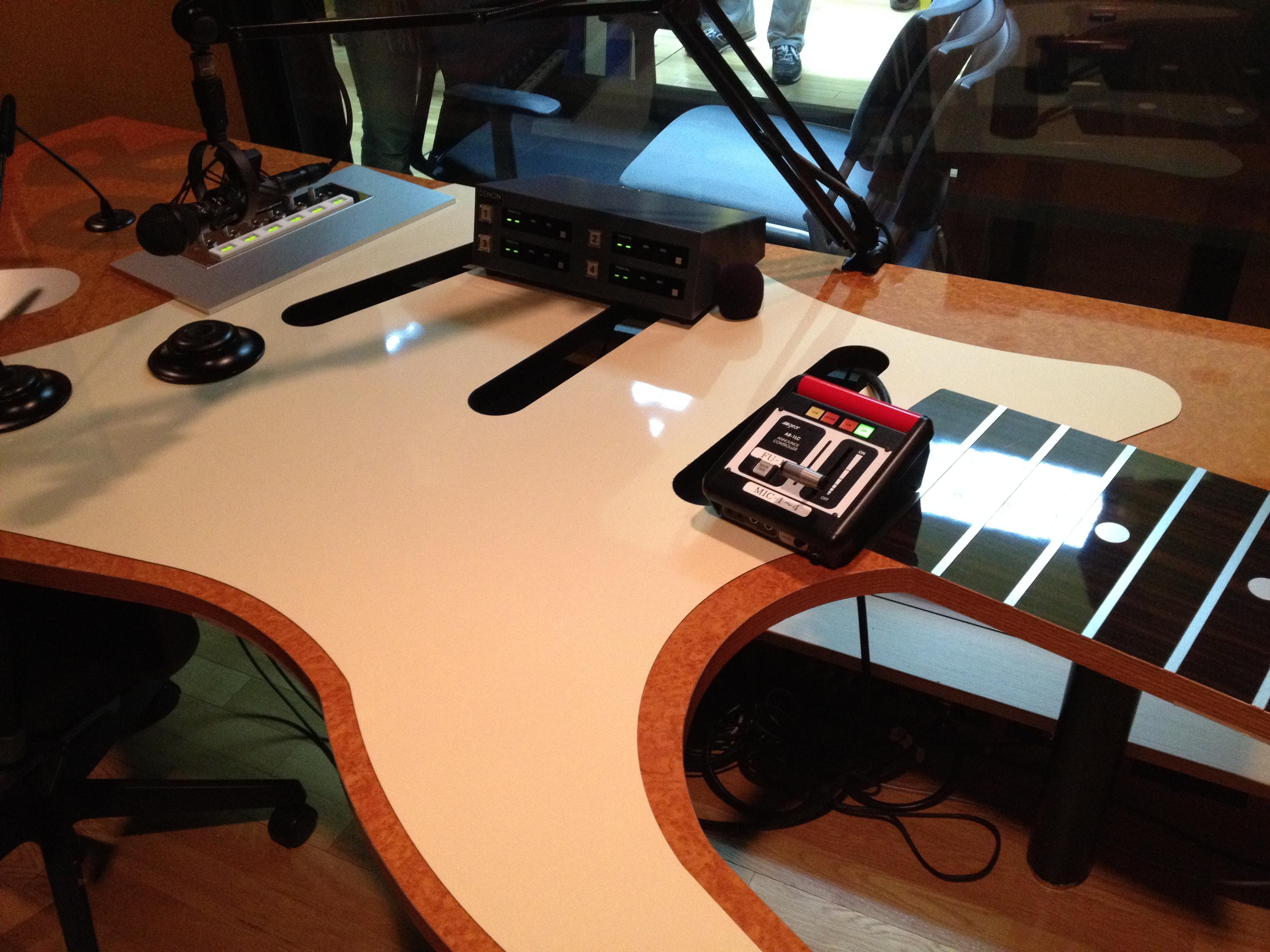 スタジオのデスク。かっこいいよね!