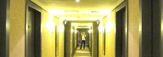 台湾のホテル廊下にて自分を映す パスワードの世界のイメージ
