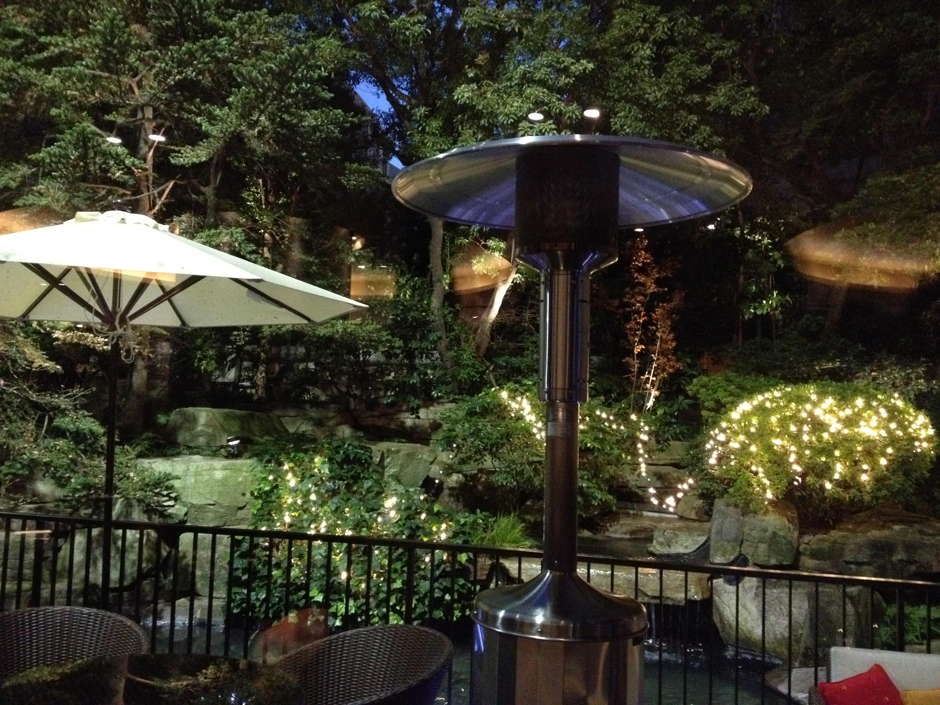 美しい庭園。ストーブがあるので外でも一杯やれます