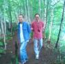 森じゃなく林を散策する二人(画像はイメージです。本文とは関係ありません)