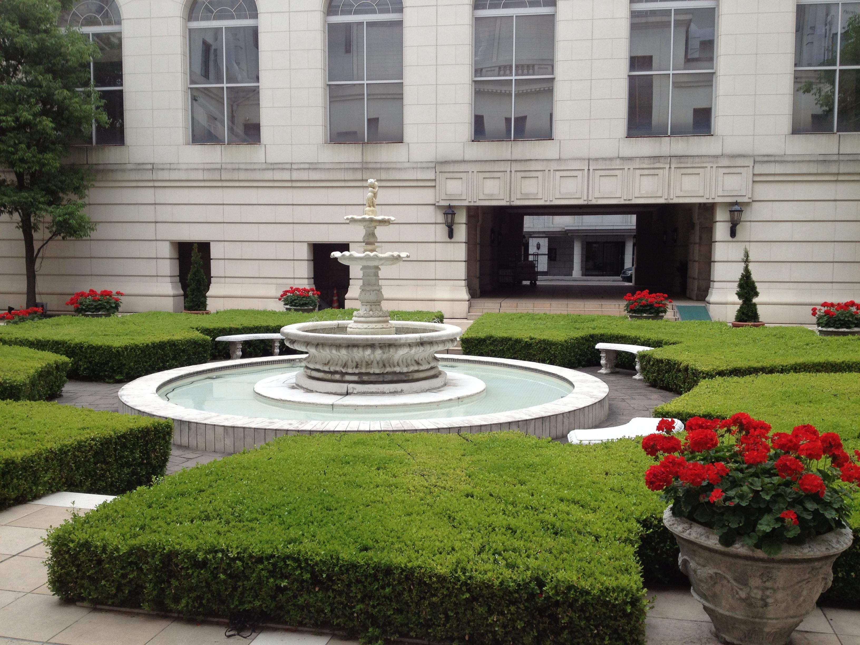 急遽泊まることになったニューグランドホテル中庭。美しい