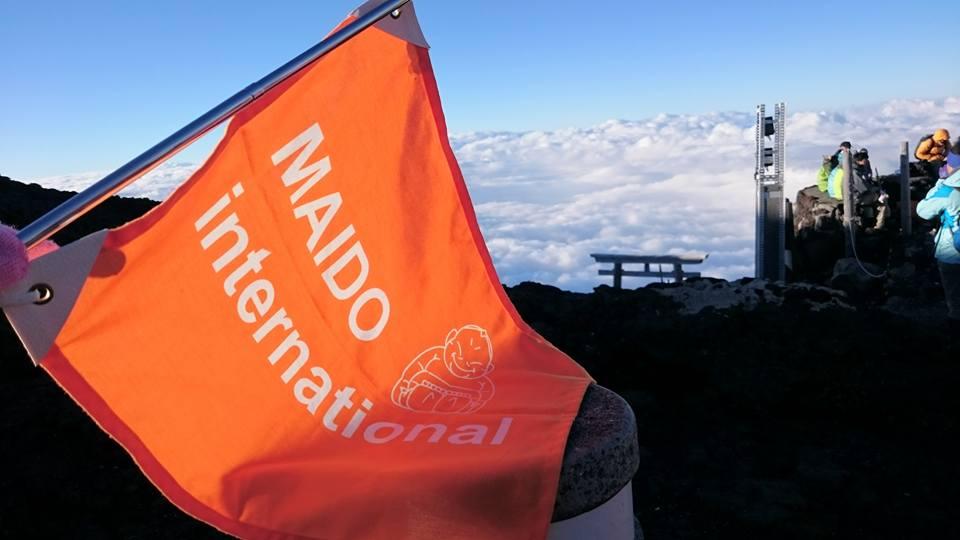 富士山頂にはためくMAIDO旗