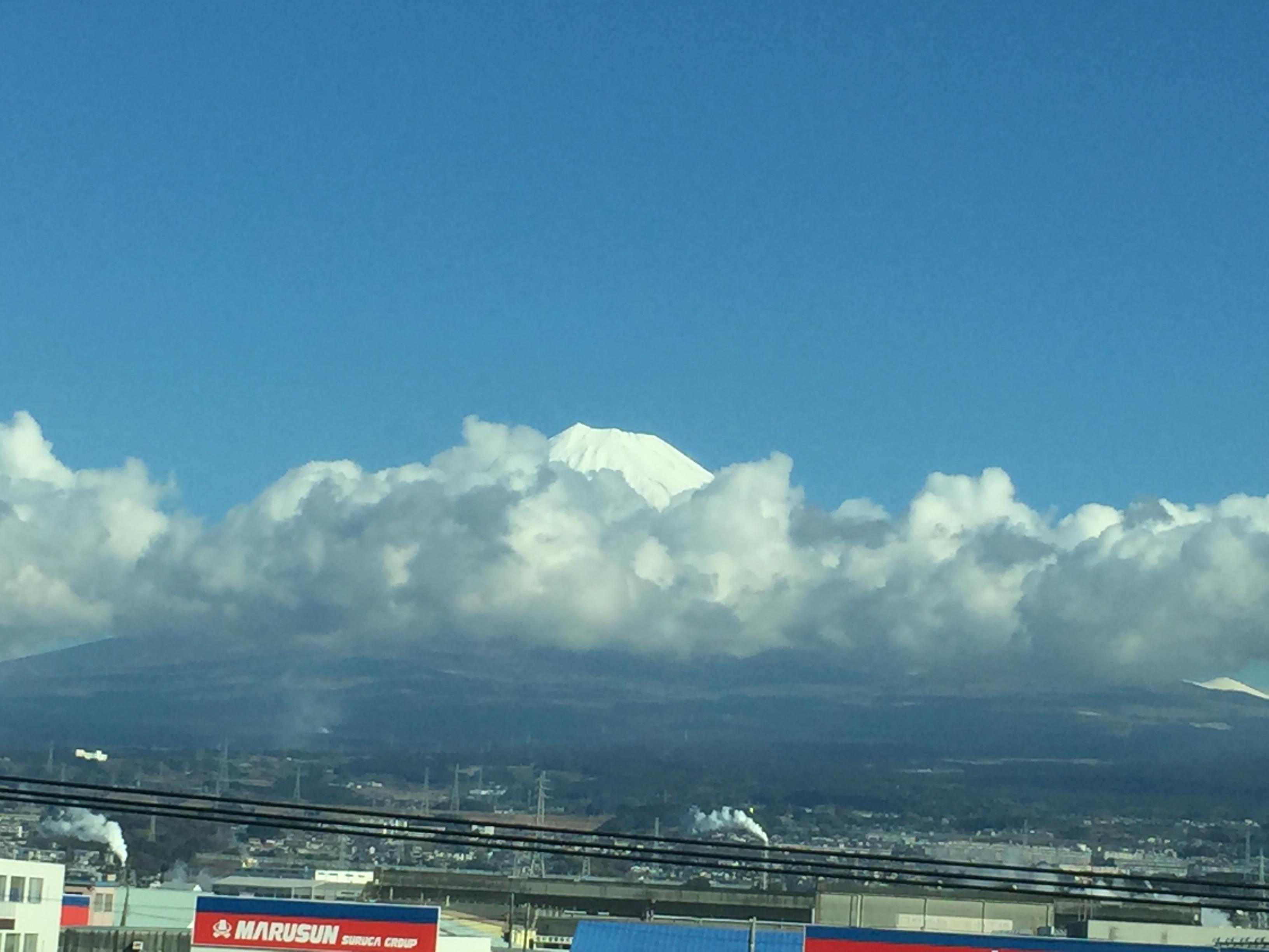 富士山が雲のかけ布団をすっぽり
