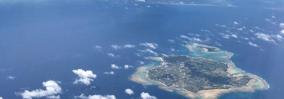 那覇へ向かう機内から。今日はトリコでキラキラ大宴会なのだ。